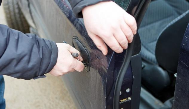 Открыть дверь автомобиля