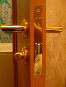 Врезка замка в межкомнатную дверь  монтаж и установка 89266684658